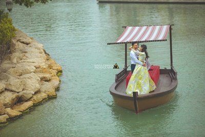 The bride and groom photographed by Sunny Dhiman Photography