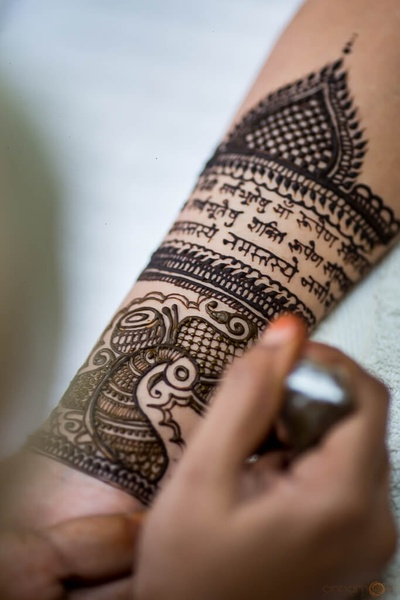 Intricate mehndi design for the bride's hands