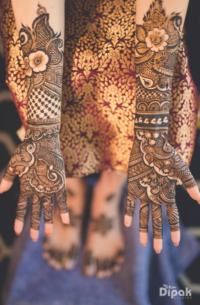 The bride shows off her beautiful mehendi!