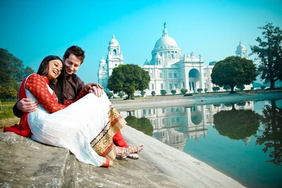 Romantic post-wedding shoot at a monumental Victoria Memorial in Kolkata