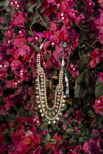 An interesting shot of the bride's kundan and pearl necklace.