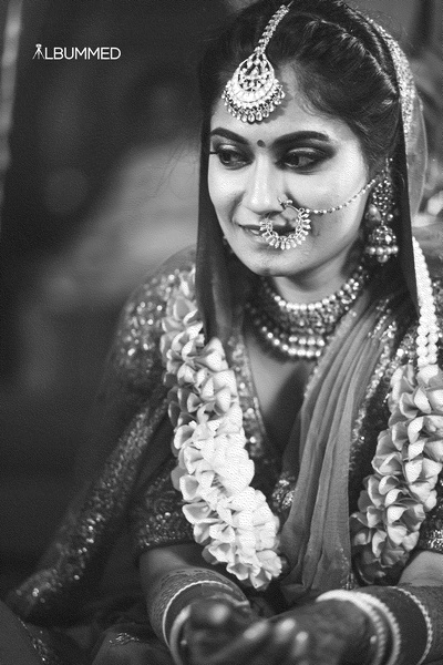 Black and white bridal portrait by Albummed.