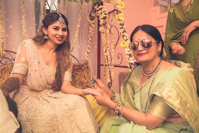 bride with her mother on her mehndi ceremoony