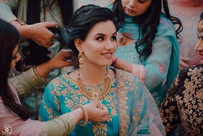 The bride's family gifting the bride jewellery as part of the shagun ceremony!