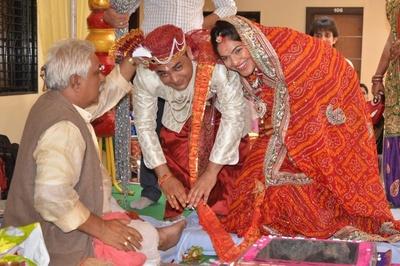 Red and orange bridal bandhani saree