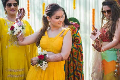 The bride indulges in a few thumkaas at the haldi ceremony!