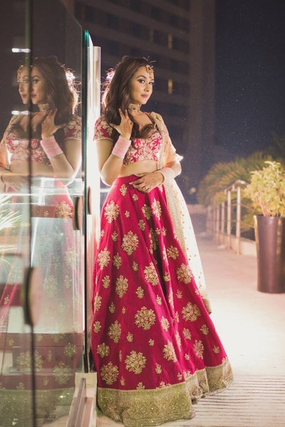 Bride Komal posing for Moni Adri Photography during her reception party
