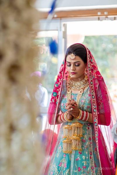 The bride offering her prayers at the gurudwara.