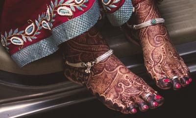 Bridal mehendi designs for feet. Silver antique anklet