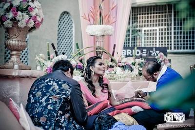 When it doubt - Pout! Delhi mehndi artist Srinivasan working the mehndi magic on bride Shruti