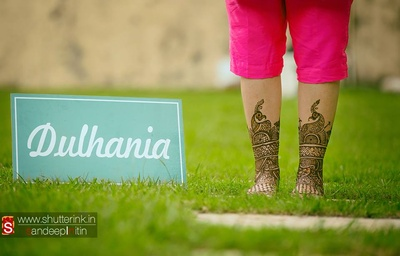 Creative mehendi shoot using quirky lettering props