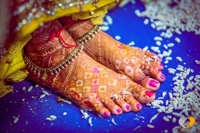 Bridal feet mehendi designs adorned with studded anklet and silver toe rings