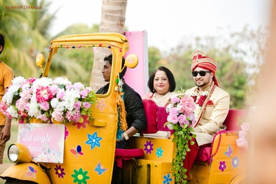 groom's entry to the wedding ceremony in an autorickshaw