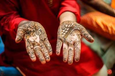 The mehendi design on the bride's hands