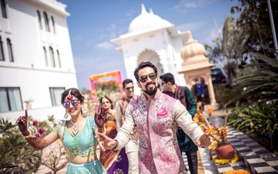 The bride and groom dance their way through their mehndi function