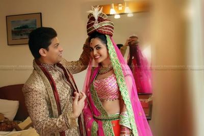 Mix matched wedding lehenga styled with minimal kundan studded necklace set and two strand gold beads kamarbandh