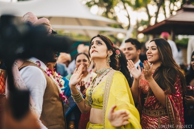 The bindaas bride joins the baraat and starts grooving too!