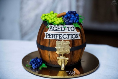 Cake resembling a wine barrel for the wedding party