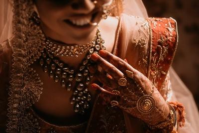 A closer look at Pragya's stunning kundan bridal jewellery.