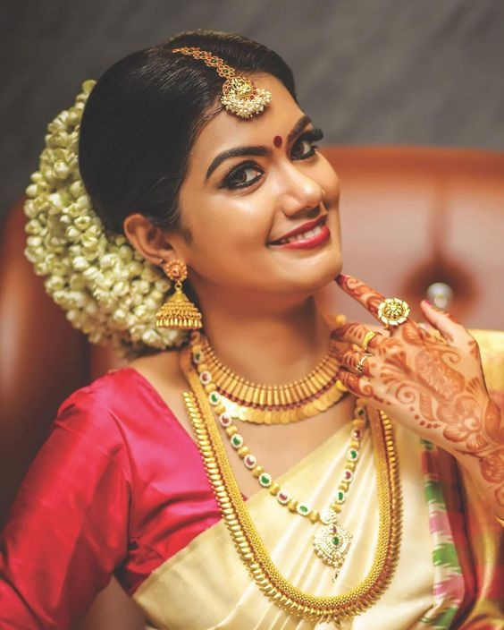 What's not to love in this South Indian bridal makeup that complements seamlessly with the bride's off-white silk saree and gold ...