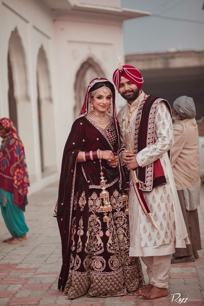 The bride and groom pose after their wedding in the gurudwara!