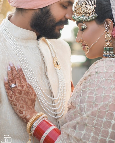 Super-romantic picture of this stunning Sikh bride and groom!