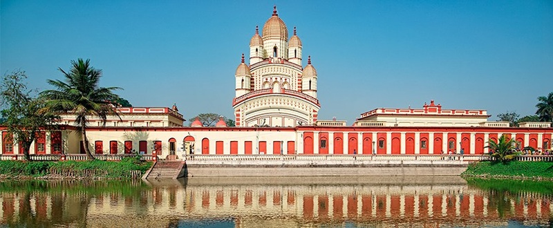 Home to goddess Kali, Dakshineswar temple is very famous in Kolkata. It is a splendid temple built in a typical Bengali style.