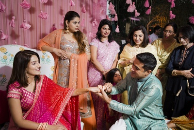 A glimpse of the bride and her family at the chudha ceremony!