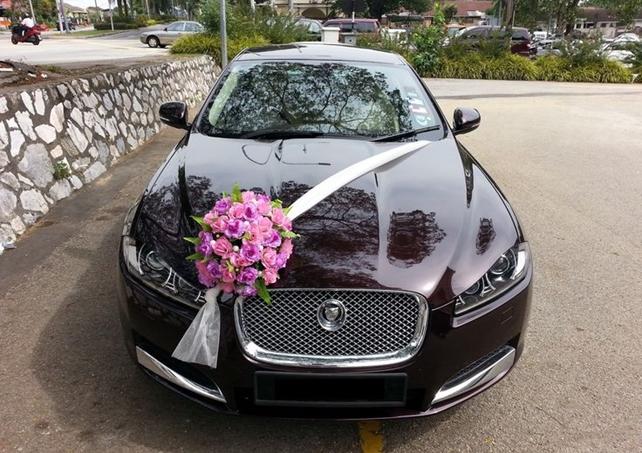 Wedding car decoration idea: Dashboard Sashes